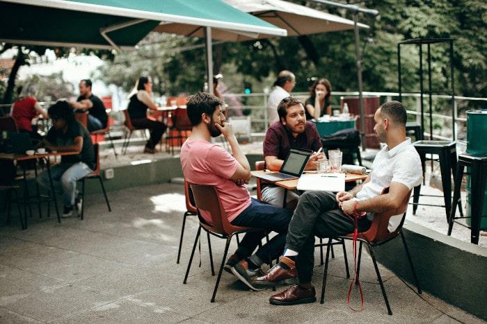 groupe d'amis dans un restaurant