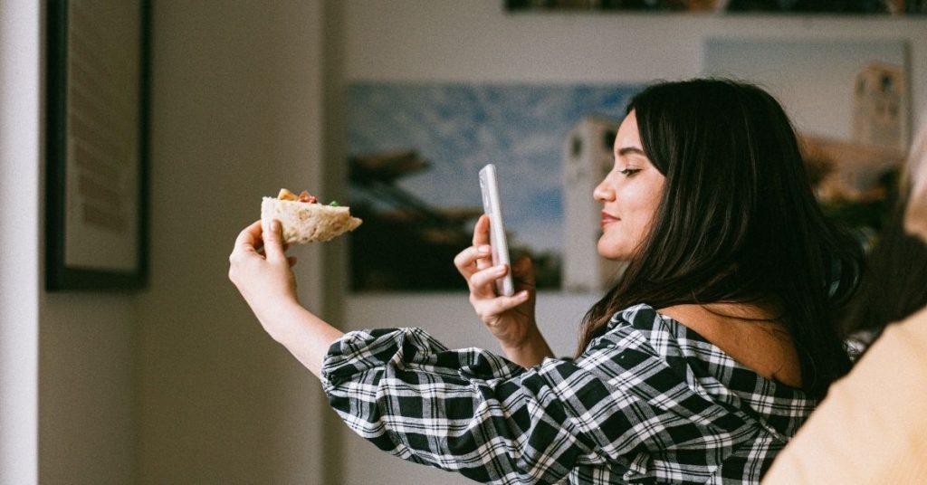 Femme prenant en photo un produit pour le vendre sur Instagram