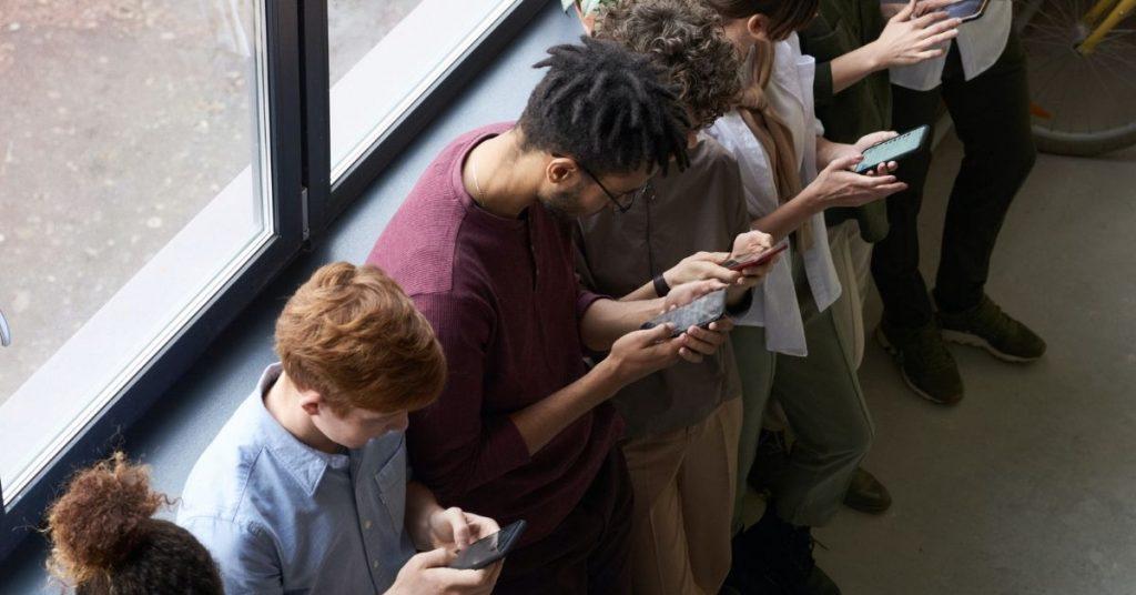 De moins en moins de personnes envoient des sms. Le marketing se tourne donc vers les messageries instantanées.