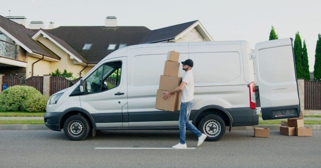 Homme qui réalise une livraison